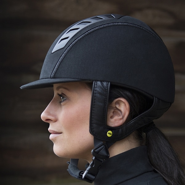 Att använda hjälm är en självklarhet för alla som rider och kör. Ryttare på mycket  hög nivå fa7e14b7e0809